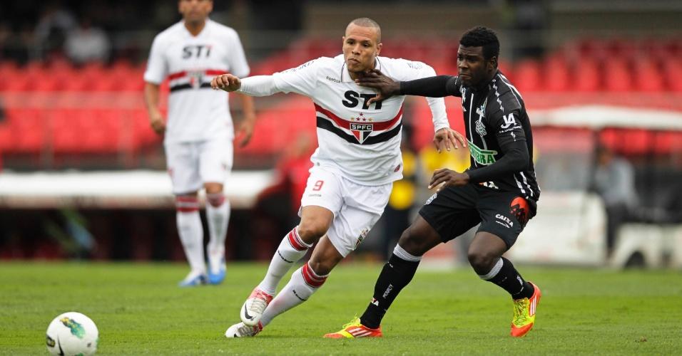 Luís Fabiano tenta fugir da marcação na partida do São Paulo contra o Figueirense, no Morumbi
