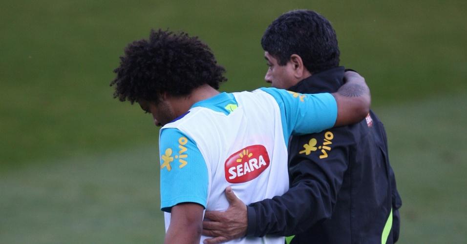 Marcelo deixa o campo mancando durante treinamento da seleção