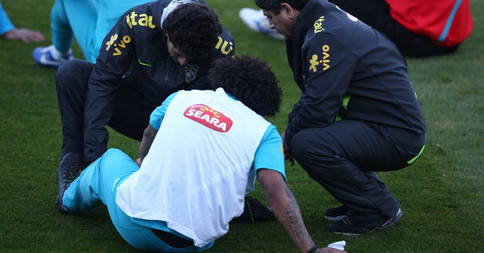 Marcelo é atendido pelo médico da CBF após fraturar pé em treino da seleção (14/10/2012)