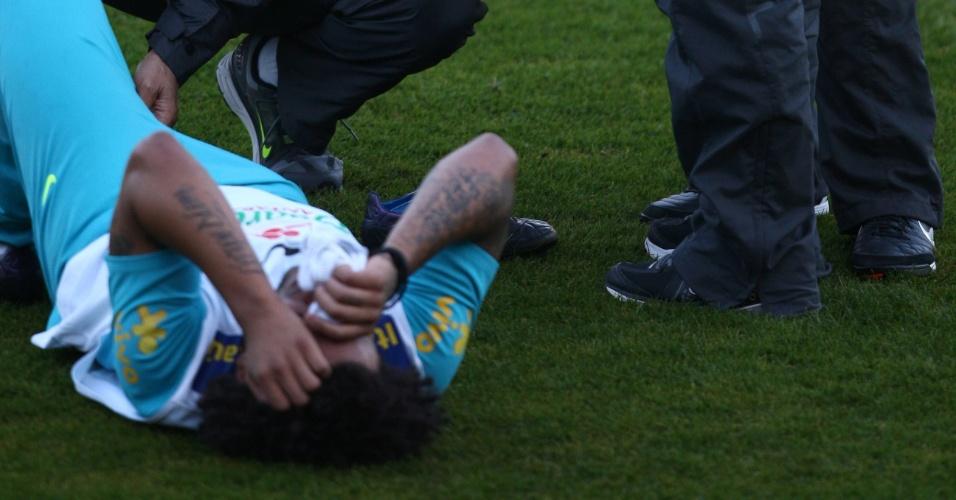 Marcelo fraturou o pé direito durante o treinamento da seleção brasileira (14/10/2012)