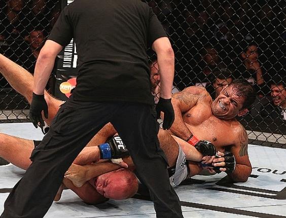 Minotauro finaliza Dave Herman no UFC Rio 3