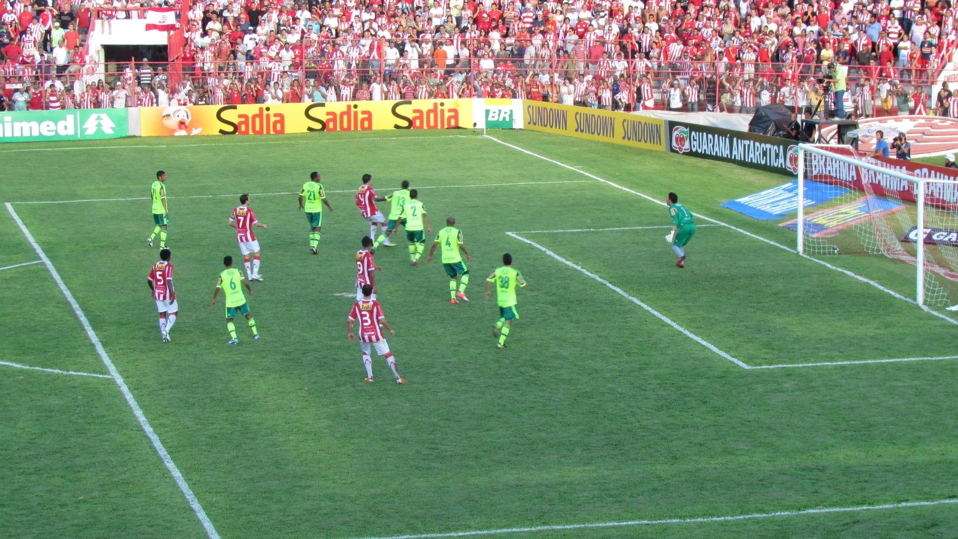 Náutico tenta cruzamento para dentro da área do Palmeiras, mas Bruno consegue segurar a bola