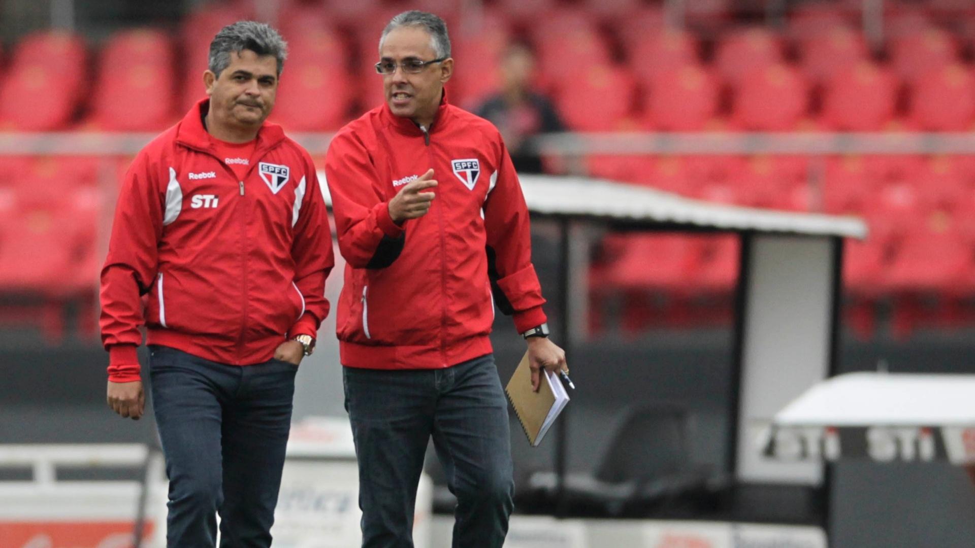 Ney Franco conversa com Eder Bastos, seu auxiliar-técnico, momentos antes do início do segundo tempo da partida entre São Paulo e Figueirense