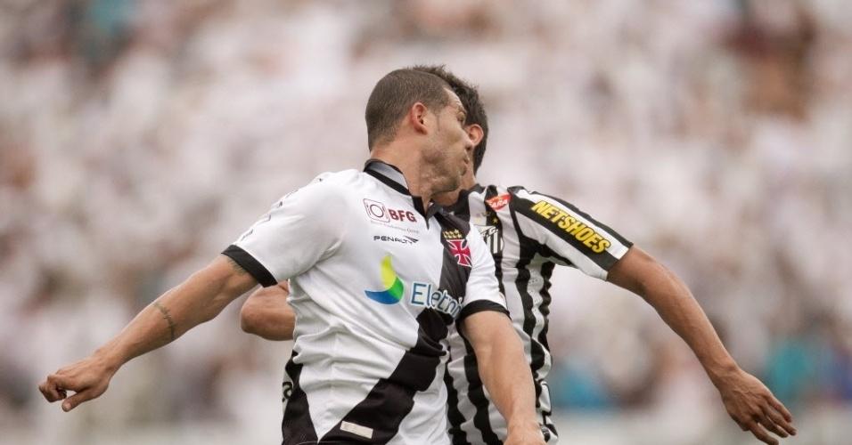 Nilton, do Vasco, disputa bola de cabeça com Henrique, do Santos, na partida do Brasileirão, na Vila Belmiro