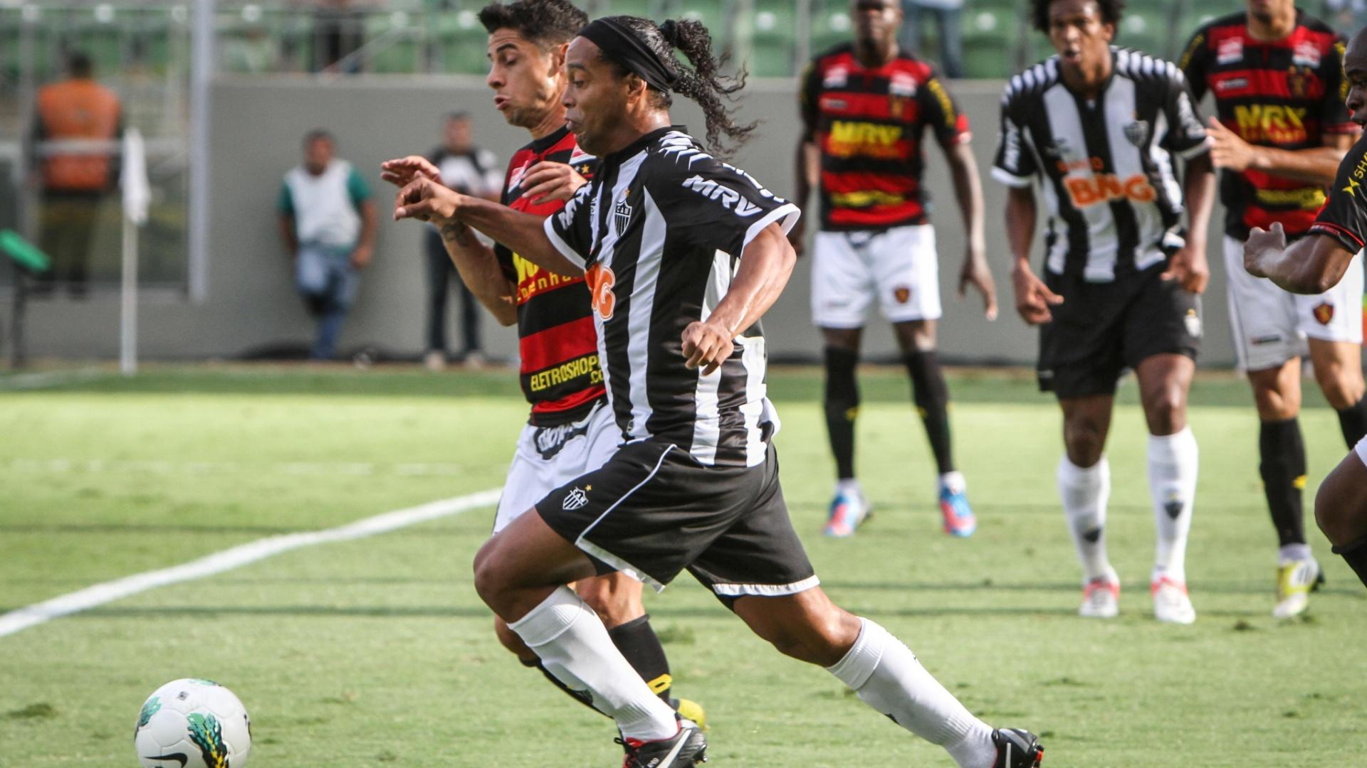 Ronaldinho Gaúcho, do Atlético-MG, disputa lance com Cicinho, do Sport, em partida válida pela 30ª rodada do Brasileirão