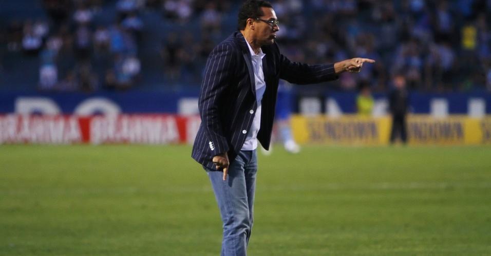 Vanderlei Luxemburgo gesticula durante a partida do Grêmio contra o Botafogo, no estádio Olímpico, em Porto Alegre