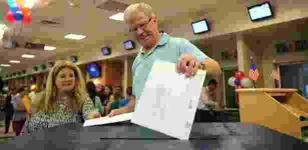 15.out.2012 - Cidadão norte-americano coloca cédula de votação em urna no consulado dos Estados Unidos em Mumbai, na Índia - Punit paranjpe/AFP - Punit paranjpe/AFP