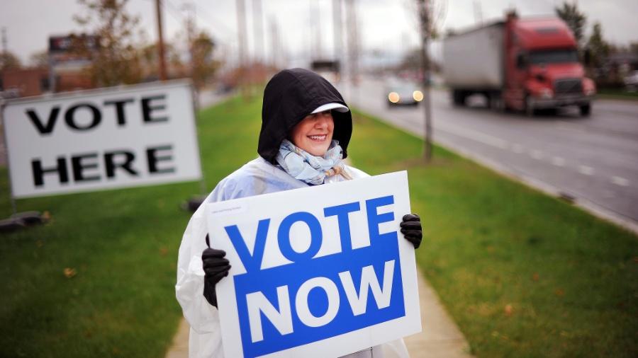 15.out.2012 - Voluntária do Partido Democrata tenta incentivar as pessoas a votarem antecipadamente em Columbus, capital do Estado de Ohio. O voto nos EUA é facultativo, e pode ser realizado de modo antecipado em alguns estados - Jewel Samad/AFP