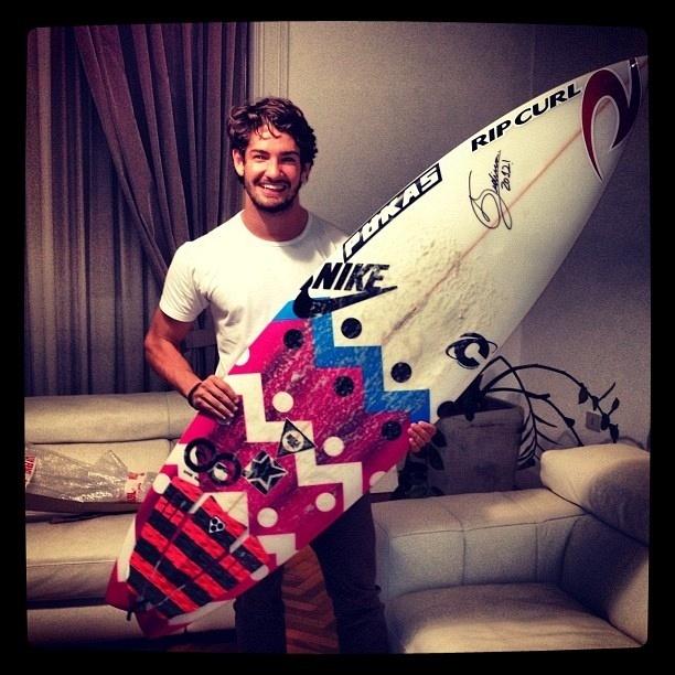 Alexandre Pato posa com prancha de surfe que ganhou de Gabriel Medina, sensação do surfe