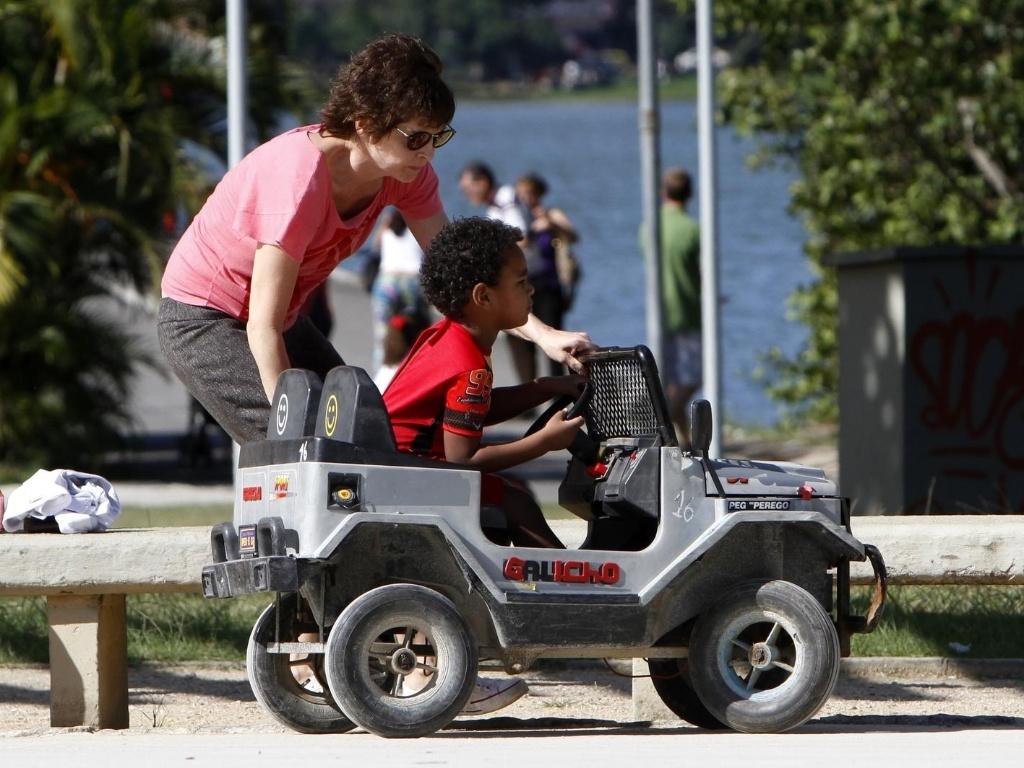 Drica Moraes brincou com o filho Gabriel no Parque dos Patins, na Lagoa Rodrigo de Freitas, zona sul do Rio (15/10/12). A atriz está no ar em