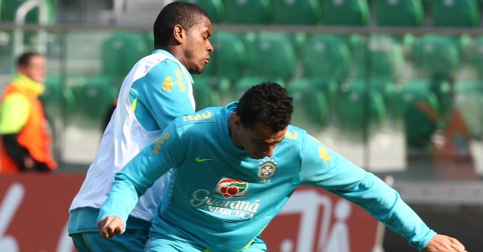 Fernandinho marca Leandro Damião em treino do Brasil para amistoso contra o Japão