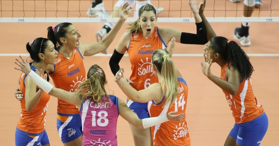 Jogadoras do Sollys/Nestlé comemoram ponto na vitória por 3 sets a 1 sobre o Rabita Baku na segunda rodada do Mundial de Clubes (15/10/2012)