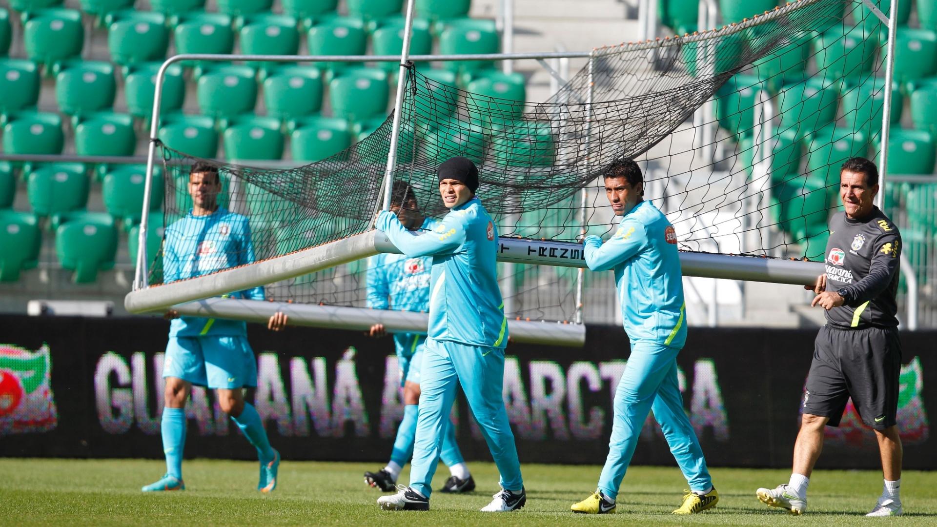 Jogadores da seleção carregam a trave durante treinamento da equipe em Wroclaw, palco de amistoso com o Japão