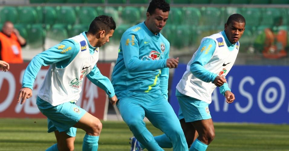 Leandro Damião (com a bola), é observado por Leandro Castan e Fernandinho em treino na Polônia