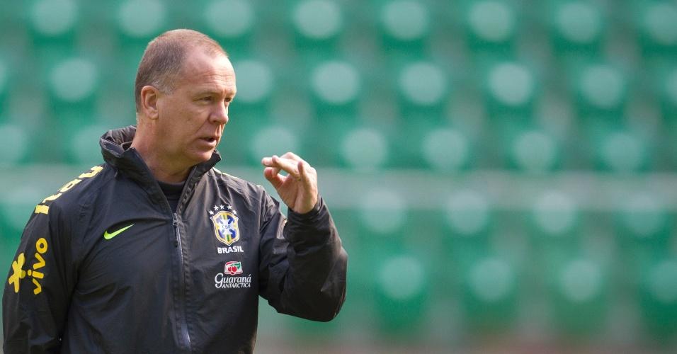 Mano Menezes gesticula durante treino da seleção em Wroclaw, na Polônia, antes de amistoso com o Japão