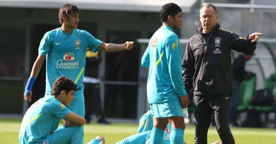 Mano Menezes orienta Hulk enquanto é observado por Neymar e Oscar