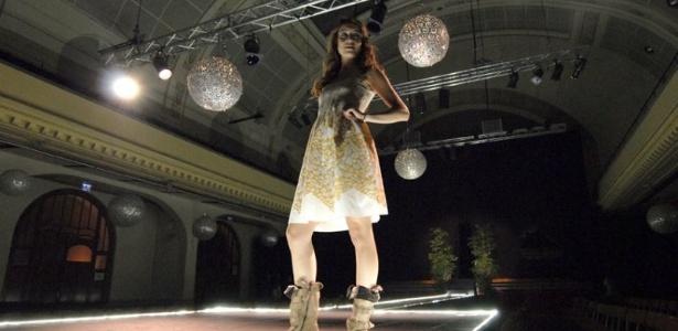Modelo desfila look sustentável durante o Ethical Fashion Night 2011, em Genebra, na Suíça - Divulgação