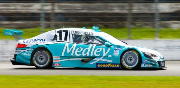 Rubens Barrichello testa carro da Stock Car no autódromo de Curitiba