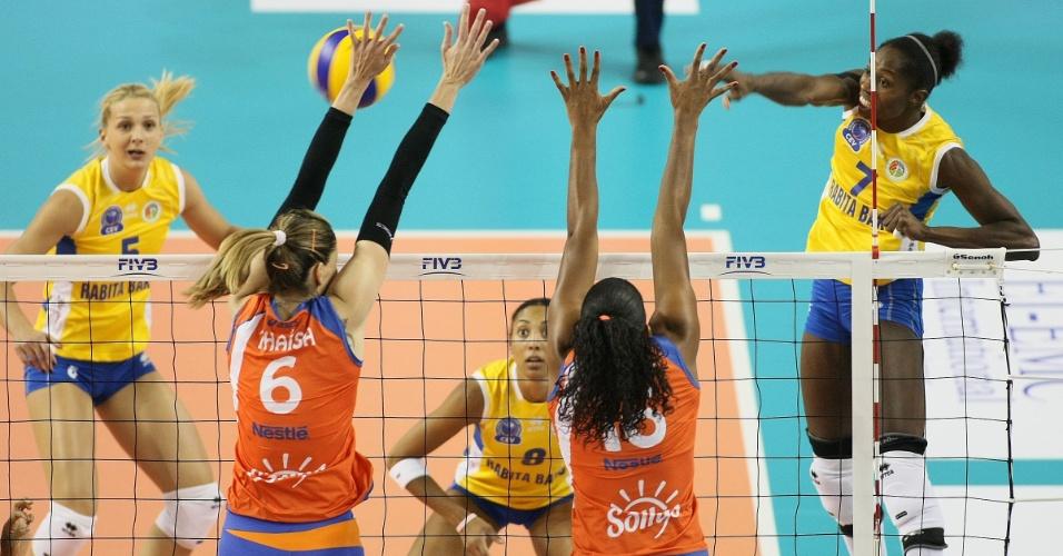 Thaísa (e) e Fernanda Garay (c) sobem para tentar bloquear a colombiana Madelayne Montaño na vitória do Sollys/Nestlé sobre o Rabita Baku (15/10/2012)