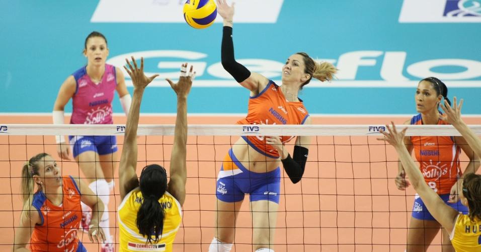 Thaísa encara o bloqueio de Akirandewo na vitória do Sollys/Nestlé sobre o Rabita Baku por 3 sets a 1 (15/10/2012)