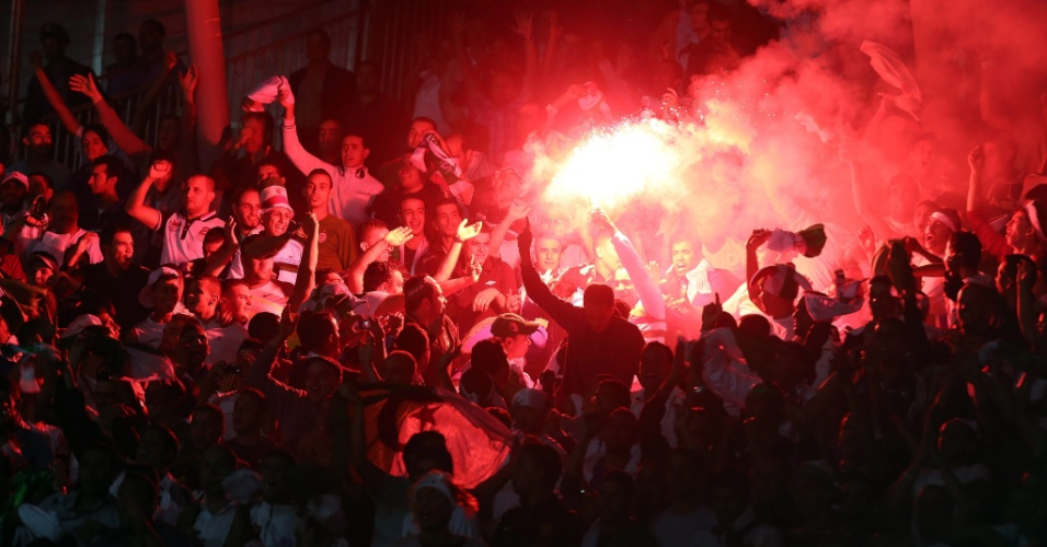Torcedores da Argélia comemoram gol na vitória sobre a Líbia, durante partida válida pelas eliminatórias da Copa Africana de Nações 2013. Confusões com