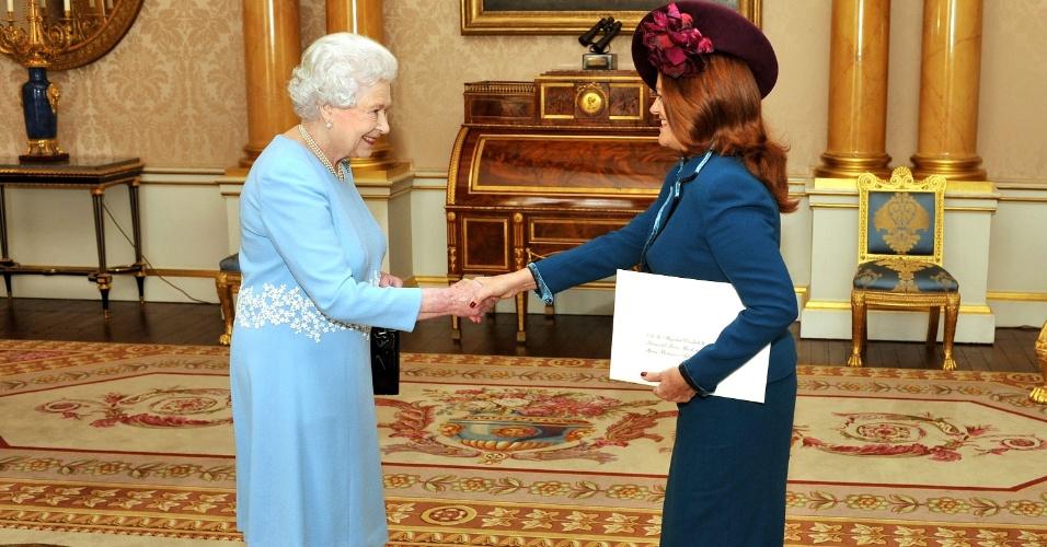 16.out.2012 - A rainha Elizabeth 2ª cumprimenta a embaixadora da Argentina Alicia Amalia Castro durante encontro no Palácio de Buckingham, em Londres