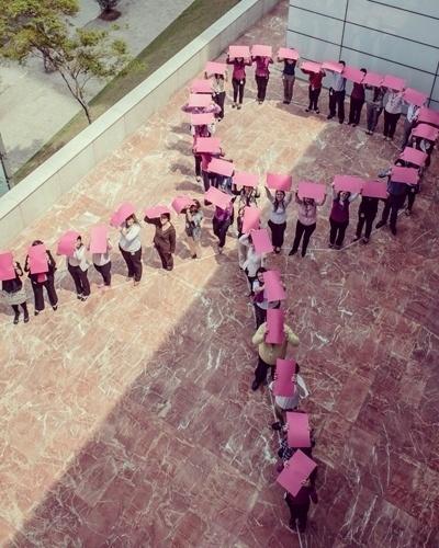 16.out.2012 - Mais de 50 colaboradores da GE do Brasil formam laço rosa na sede da empresa. A ação tem o objetivo de promover a luta contra o câncer de mama