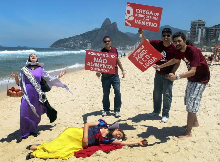 16.out.2012 - Membros da organização não governamental ActionAid encenam o conto de Branca de Neve na praia de Copacabana, no Rio de Janeiro, em protesto contra o uso de agrotóxicos nas plantações de comida. A agência das Nações Unidas para Agricultura e Alimentação (FAO, na sigla em inglês) celebra o Dia Mundial da Alimentação nesta terça-feira (16)