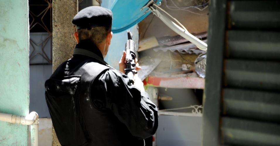 16.out.2012 - Policiais do Bope montam base na favela do Jacarezinho, na zona norte do Rio.  A comunidade estava ocupada desde domingo (14) somente por policiais civis que participaram da retomada do território pelas forças de segurança. O Bope fará operações sistemáticas em pelo menos 15 favelas da região, afirmou o major Ivan Blaz