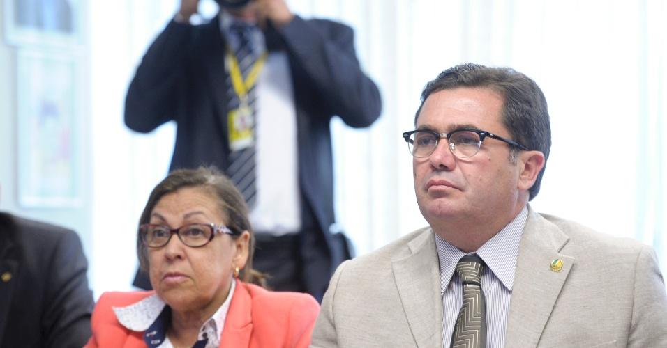 16.out.2012 - A senadora Lídice da Mata (PSB-BA) e o presidente da CPI do Cachoeira, senador Vital do Rêgo (PMDB-PB), durante reunião para decidir sobre prorrogação das atividades da comissão