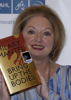 "A escritora Hilary Mantel segura ""Bring Up The Bodies"", livro que lhe rendeu o Man Booker Prize 2012 - AP Photo/Lefteris Pitarakis"