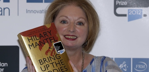 "A escritora Hilary Mantel segura seu romance ""Bring Up The Bodies"", que lhe rendeu o Man Booker Prize 2012 - AP Photo/Lefteris Pitarakis"
