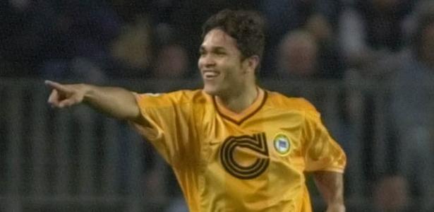 Alex Alves comemora gol pelo Hertha Berlim contra o Barcelona em jogo pela Copa da Uefa no Camp Nou, em 2000