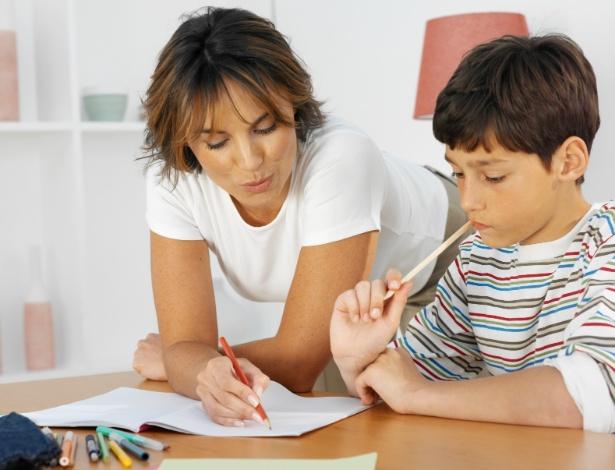 Até pelo menos os 10 anos, é muito importante que um adulto acompanhe de perto a hora da lição - Thinkstock