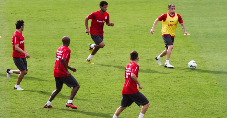 D'Alessandro, de colete amarelo, em ação durante treino do Internacional