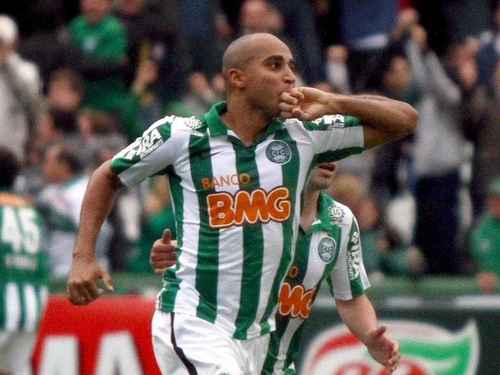Deivid comemora seu gol na vitória do Coritiba sobre o Bahia
