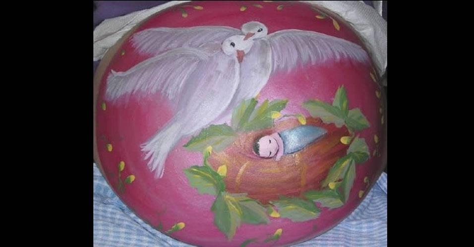 O que fazer quando se está esperando? Oras, pintar a barriga! Veja como essa futura mamãe pintou a barriga com uma imagem de pássaros