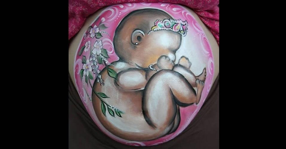 O que fazer quando se está esperando? Oras, pintar a barriga! Veja como essa futura mamãe pintou a barriga como um bebê