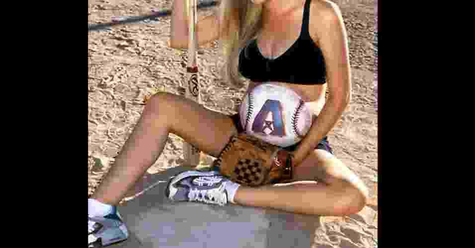 O que fazer quando se está esperando? Oras, pintar a barriga! Veja como essa futura mamãe pintou a barriga como uma bola de beisebol - Reprodução/Odde.com