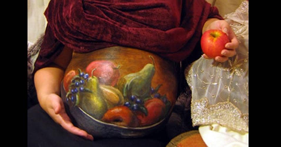 O que fazer quando se está esperando? Oras, pintar a barriga! Veja como essa futura mamãe pintou a barriga como uma cesta de frutas