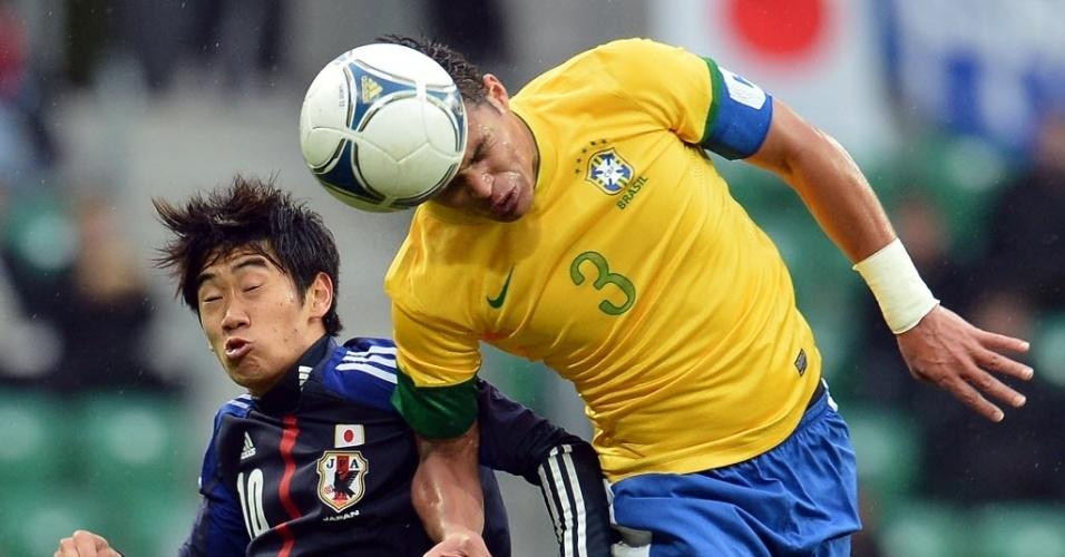 O zagueiro Thiago Silva ganha disputa pelo alto contra rival japonês