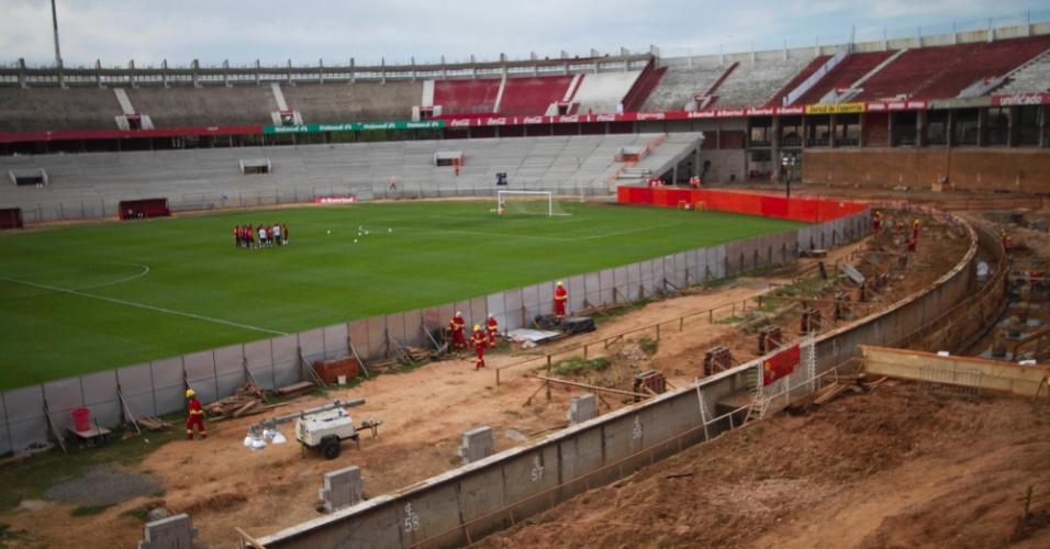 Obras no Beira-Rio continuam enquanto Internacional treina no local (16/10/2012)