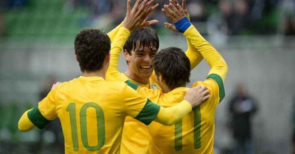 Oscar, Neymar e Kaká festejam gol da seleção brasileira em amistoso contra o Japão