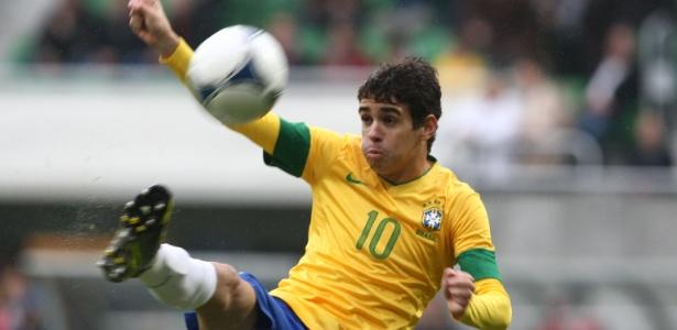 Oscar com a camisa 10 da seleção em amistoso contra o Japão, em 2012
