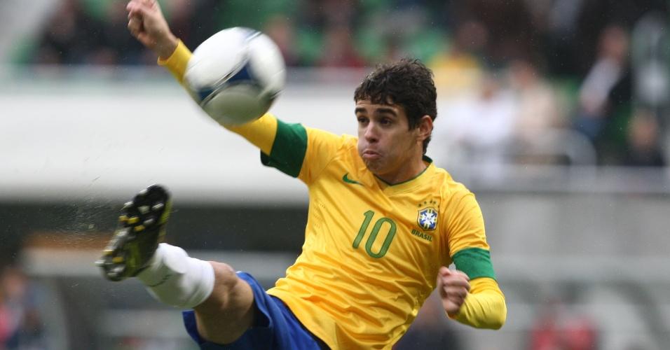 Oscar tenta dominar a bola no amistoso contra a seleção japonesa