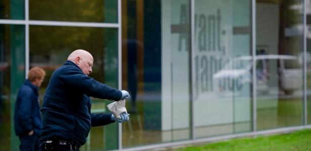 Policias investigam os arredores do museu Kunsthal, na Holanda, logo após roubo de obras (16/10/12) - Robin van Lonkhuijsen/Reuters
