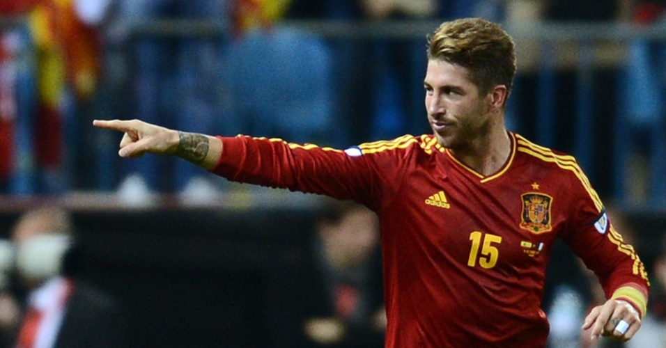 Zagueiro espanhol Sergio Ramos comemora após abrir o placar na partida contra a França pelas eliminatórias da Copa