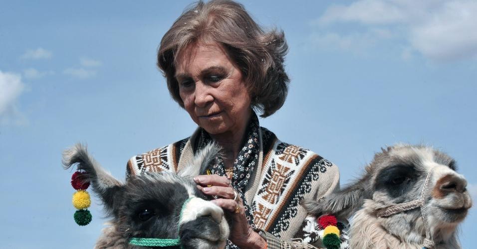 17.10.2012 - A rainha Sofia, da Espanha, posa para foto ao lado de lhamas no sítio arqueológico de Tiawanaku, à 70 quilômetros de La Paz. Ela faz vista oficial de cinco dias à Bolívia