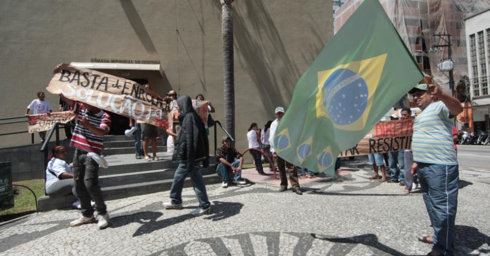 17.10.2012 - Integrantes do Movimento Popular por Moradia realizam protesto em frente à Câmara Municipal de Curitiba (PR), nesta quarta-feira (17)