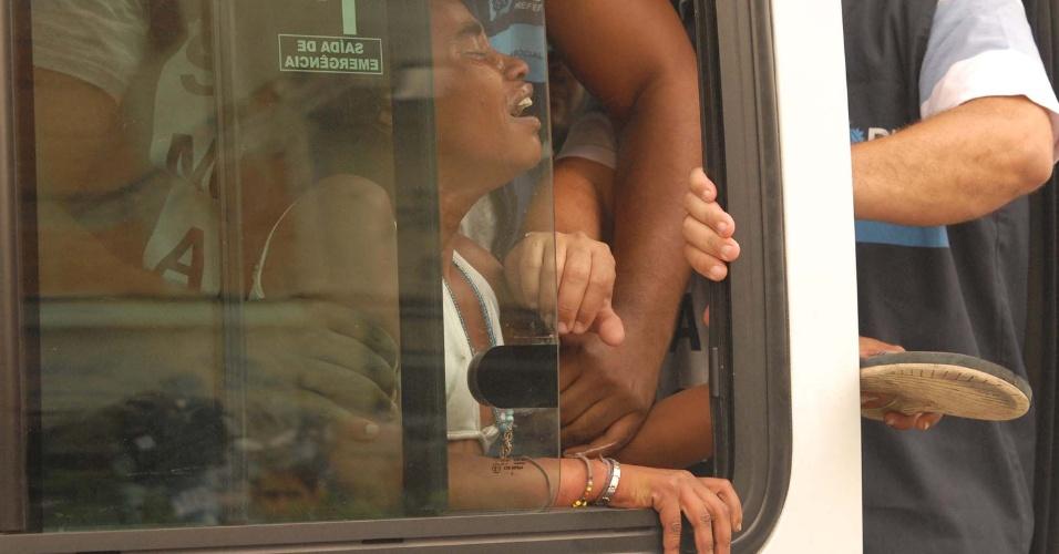 17.10.2012 - Mulher é recolhida durante operação de combate ao crack realizada na favela Parque União, no Complexo da Maré, no Rio de Janeiro, nesta quarta-feira (17). Durante a ação feita em conjunto pela Secretaria de Assistência Social do Rio de Janeiro, Polícia Militar e Delegacia de Combate as Drogas, muitos usuários de crack fugiram